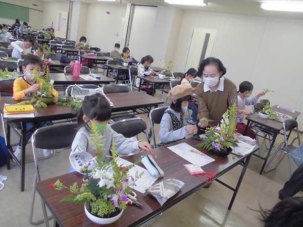 子ども生け花教室の様子1